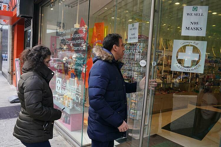 Người Mỹ mua khẩu trang tại New York (Mỹ). Ảnh: Reuters