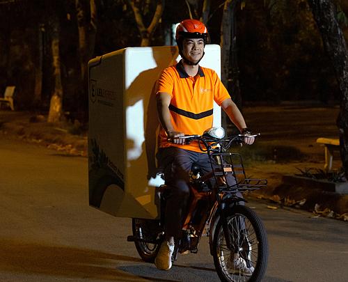 Ông James Dong, Tổng Giám đốc Lazada Việt Nam đi giao iPhone lúc hơn 1h sáng ngày 1/11. Ảnh: Quân Vũ