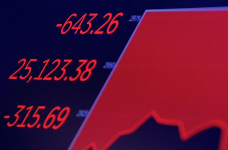 Biến động chỉ số Dow Jones trên một màn hình tạisàn chứng khoán New York ngày 28/2. Ảnh: Reuters