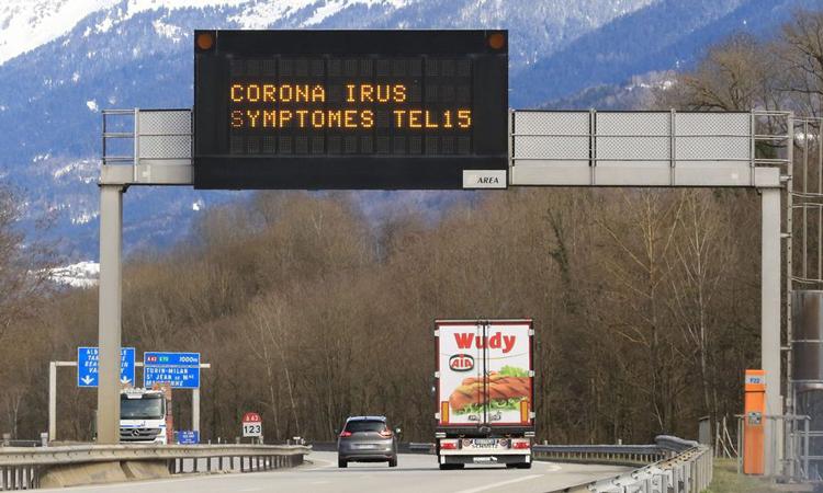 Một thông báo ngày 28/2 trên đường cao tốc A43 ở Pháp có nội dung: Nếu có triệu chứng nhiễm virus corona, hãy gọi 15. Ảnh: Zuma Press.