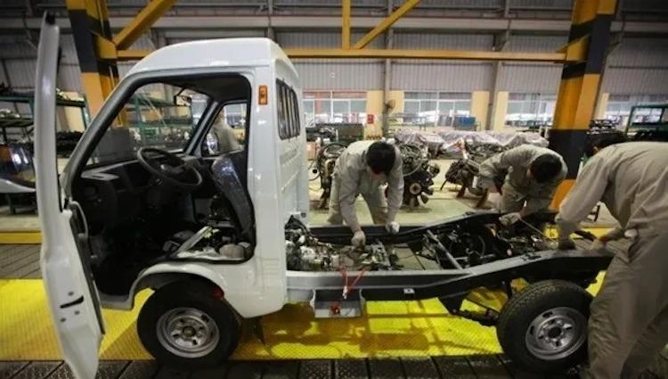 Công nhân lắp đặt xe tải tại một nhà máy ở Hưng Yên. Ảnh: TM