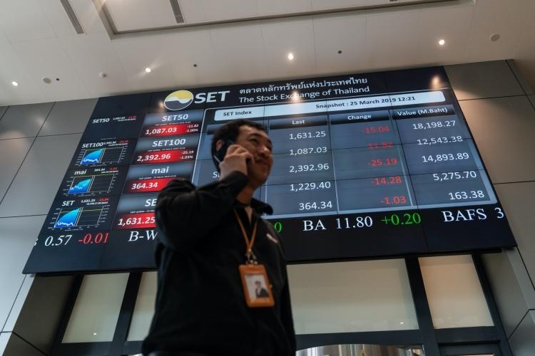 Bảng giao dịch điện tử bên ngoài Sở giao dịch chứng khoán Thái Lan (SET). Ảnh: Bloomberg