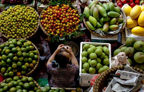 Quầy bán hoa quả trên phố. Ảnh: Bloomberg.