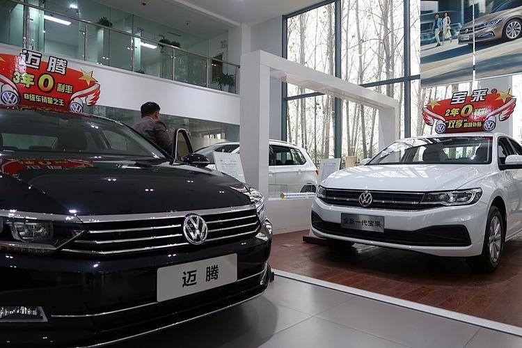 Những chiếcBora và Magotan của Volkswagentrưng bày tại một đại lý ở Pingdingshan, Hà Nam, Trung Quốc. Ảnh: Reuters