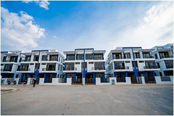 Những dãy nhà tại Đông Tăng Long - An Lộc đang được xây dựng và dần hoàn thiện.