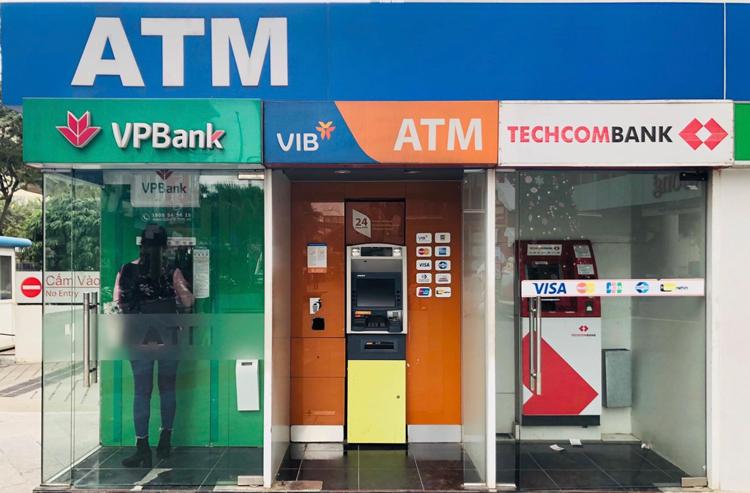 Khách hàng giao dịch tại ATM ngân hàng. Ảnh: Anh Tú.