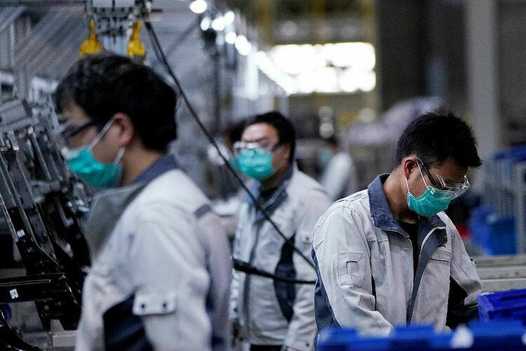 Công nhân tại một nhà máy tại Thượng Hải (Trung Quốc). Ảnh: Reuters