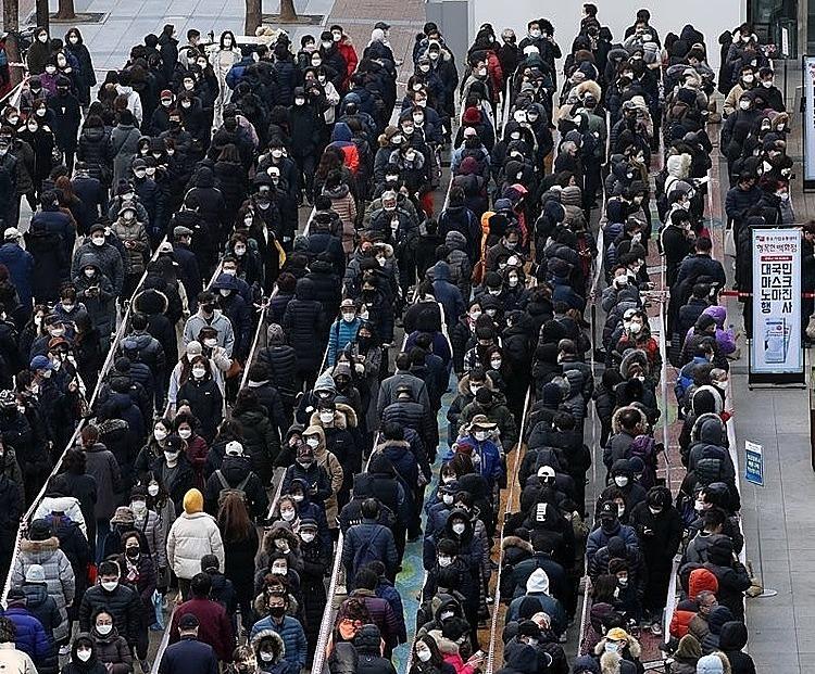 Người dân Hàn Quốc xếp hàng chờ mua khẩu trang ở Seoul. Ảnh: Yonhap