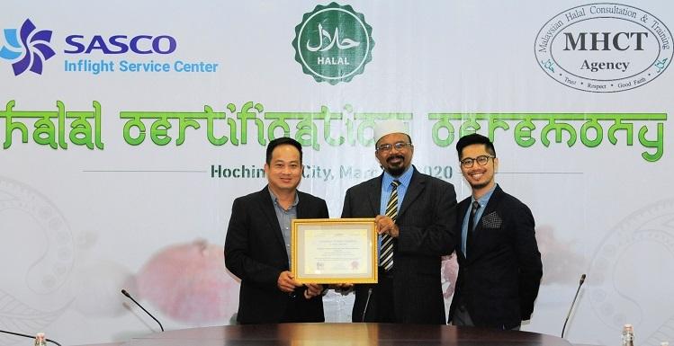 Ông Abdul Rafek Saleh - Giám đốc điều hành MHCT, thành viên Hiệp hội Halal Quốc tế (giữa) trao chứng nhận Halal cho đại diện công ty Sasco (trái).