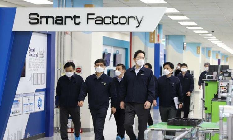 Phó Chủ tịch Tập đoàn điện tử Samsung khảo sát nhà máy Gumi vào ngày 3/3. Ảnh: Yonhap.