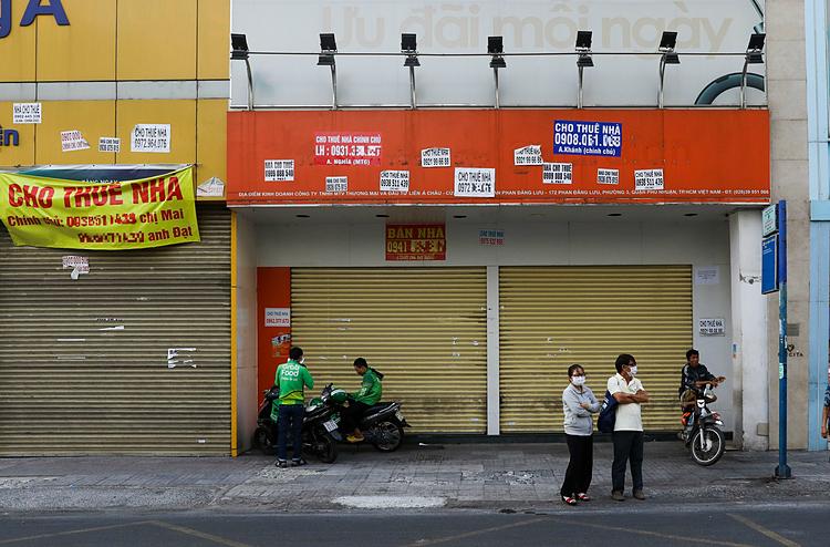 Hai căn nhà mặt tiền rao cho thuêtrên đường Phan Đăng Lưu đóng cửa ngày 5/3. Ảnh: Quỳnh Trần