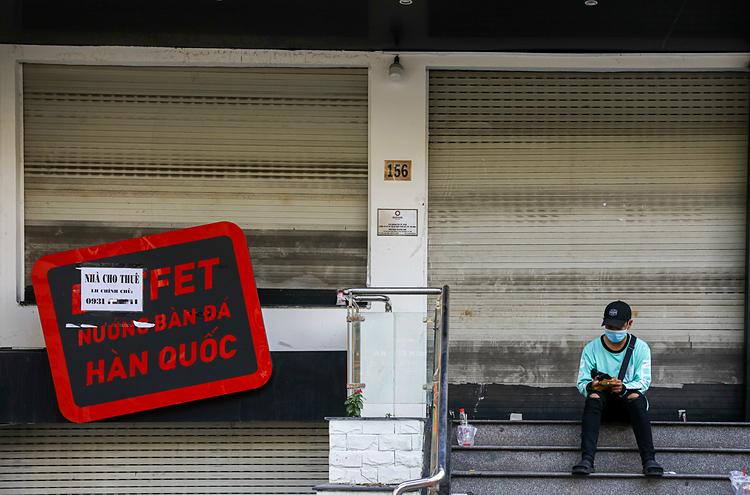 Một mặt bằng kinh doanh rao cho thuêtrên đường Phan Xích Long đóng cửa ngày 5/3. Ảnh: Quỳnh Trần