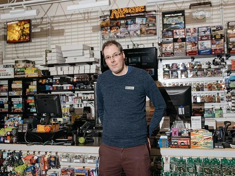 Ông Patrick Day, đồng sở hữu kiêm điều hành 2 cửa hàng Uncle's Games. Ảnh: NYT