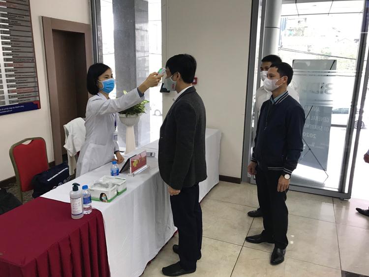 Bác sĩ đo thân nhiệt cổ đông tại Đại hội cổ đông. Ảnh: BIDV.