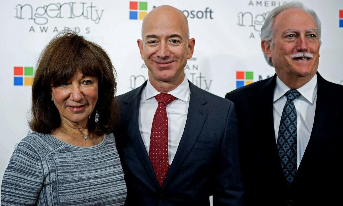 Jeff Bezos thành công nhờ 'trúng số nhiều lần'