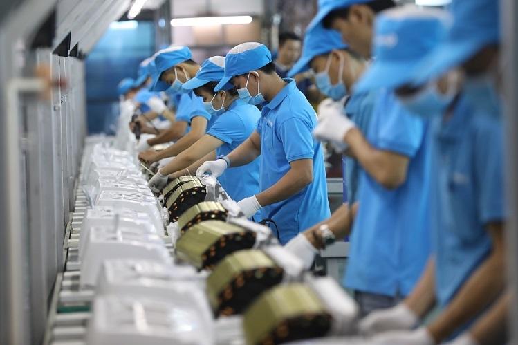 C?ng nhan day chuy?n s?n xu?t nhà máy Asanzo Bình Tan, TP HCM. ?nh: H?u Khoa.
