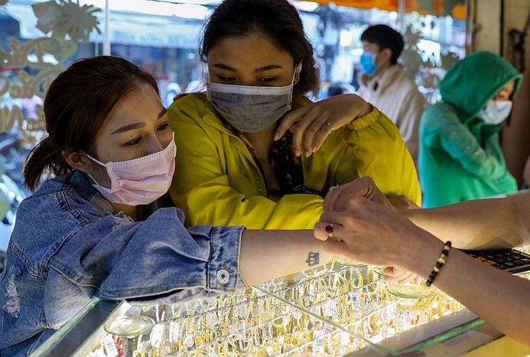 Người dân TP HCM đeo khẩu trang mua vàng ngày Thần Tài năm nay. Ảnh: NhưQuỳnh.