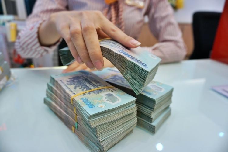 Giao dịch tại một ngân hàng thương mại trong TP HCM. Ảnh: Anh Tú