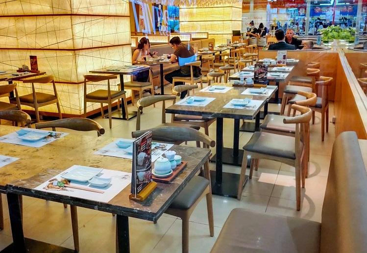 Một nhà hàng trong trung tâm thương mại vắng khách ngay giữa trưa. Ảnh: Quỳnh Trần.