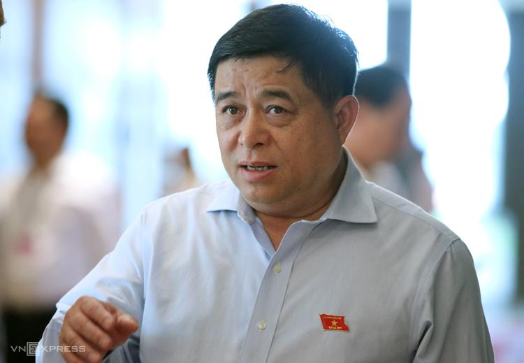 Bộ trưởng Kế hoạch & Đầu tư Nguyễn Chí Dũng bên hành lang Quốc hội tại kỳ họp vừa rồi.Ảnh: Võ Hải
