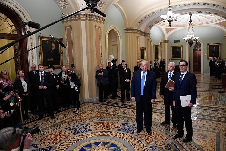 Tổng thống Mỹ Donald Trump, Phó Tổng thống Mike Pence và Bộ trưởng Tài chính Steven Mnuchin đề xuất cắt giảm thuế thuế quỹ lương đầu tuần này. Ảnh: AP