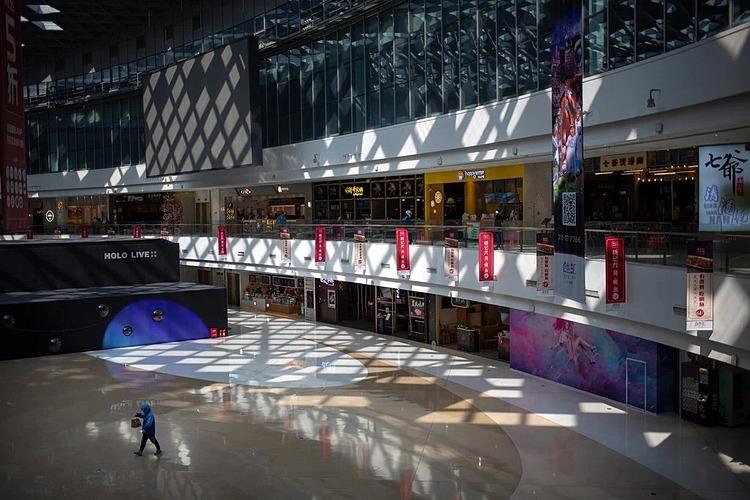 Bên trong một trung tâm thương mại tại Bắc Kinh hôm thứ bảy (7/3). Ảnh: AP