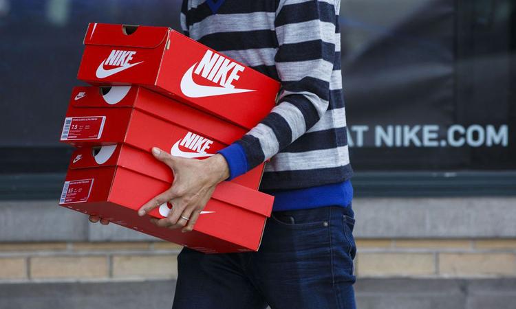 Khách hàng mua đồ bên ngoài một cửa hàng Nike tại California. Ảnh: Bloomberg.