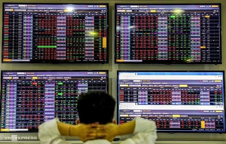 Nhà đầu tư xem bảng điện tử tại sàn chứng khoán ngày 16/3. Ảnh: Quỳnh Trần.
