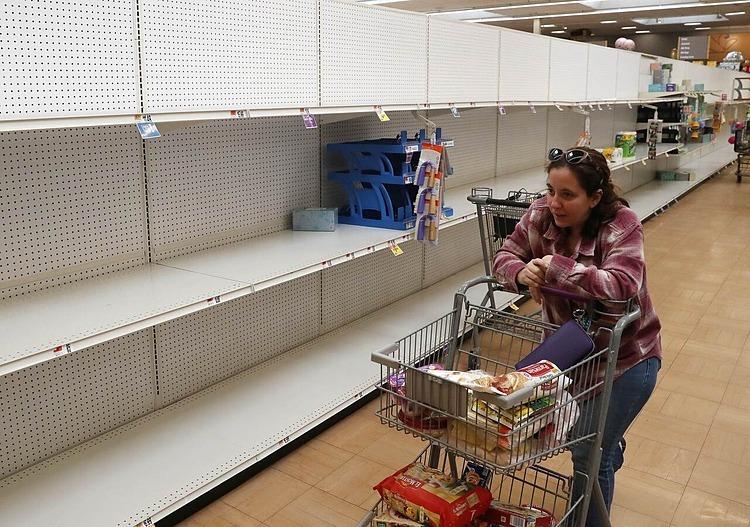 Quày nước rửa tay và giấy vệ sinh trống trơn tại siêu thị Giant hôm 13/3 ở Dunkirk, Maryland. Ảnh:AFP