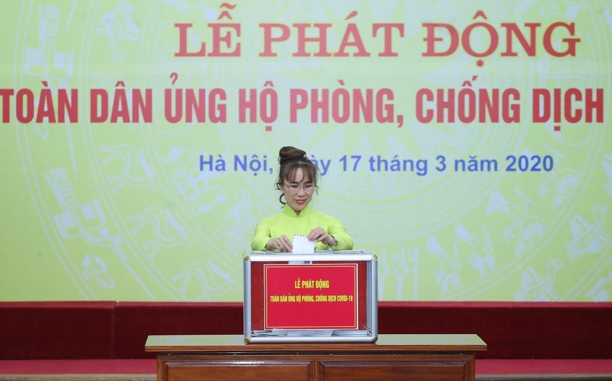 Bà Nguyễn Thị Phương Thảo - Phó chủ tịch HĐQT HDBank đóng góp cho công tác phòng chống dịch Covid-19 và hạn, mặn.