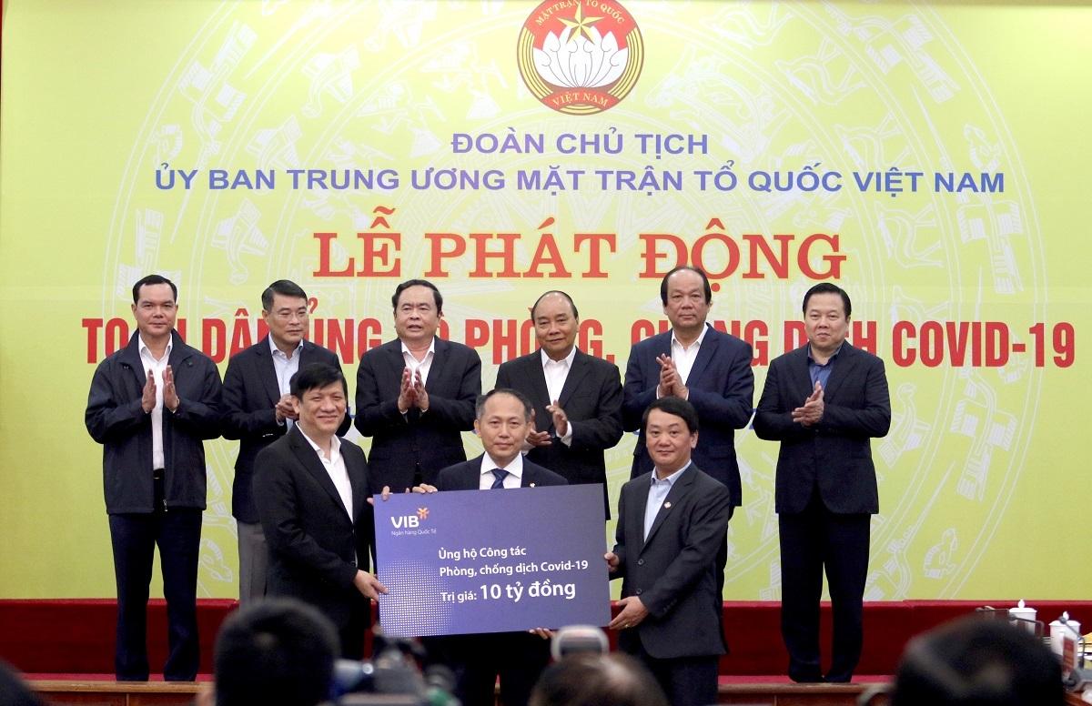 Ông Hàn Ngọc Vũ - Tổng giám đốc VIB trao biểu trưng 10 tỷ đồng cho Ủy ban Trung ương Mặt trận Tổ quốc Việt Nam.