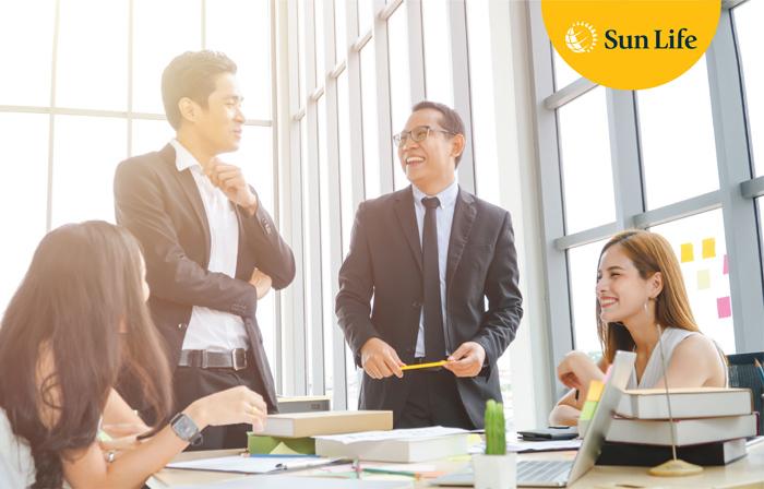 Nhân viên Sun Life Việt Nam đang tư vấn vềsản phẩm, dịch vụ tài chính với khách hàng tại trụ sở của công ty.