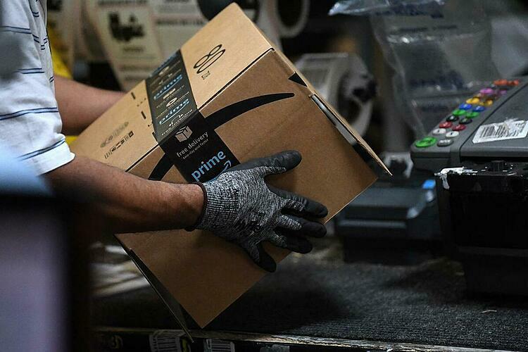 Nhân viên tại một kho hàng của Amazon ở Maryland (Mỹ). Ảnh: Reuters