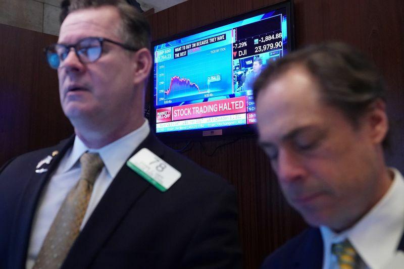 Nhân viên giao dịch trên sàn chứng khoán New York khi thị trường ngừng giao dịch. Ảnh: Reuters