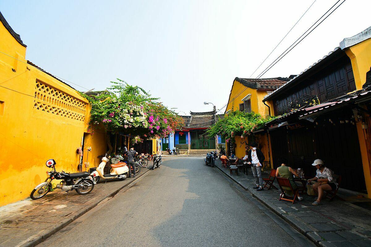 Những con đường vốn đông đúc khách du lịch tại Hội Anvắng lặng vào ngày 18/3.Ảnh: Xuân Tân