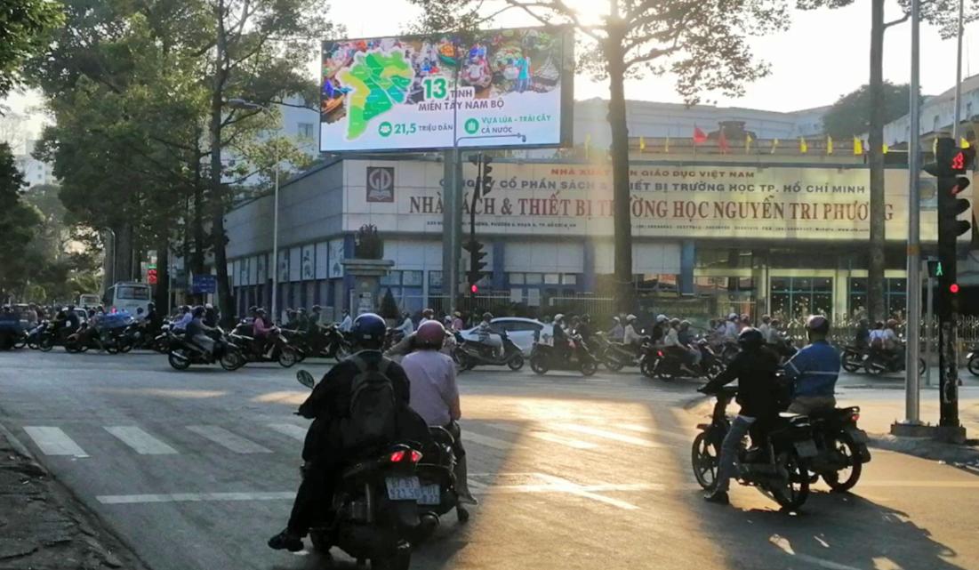 Màn hình LED thông tin về chống hạn, mặn tại góc đường Nguyễn Tri Phương - Hùng Vương (quận 5, TP HCM).