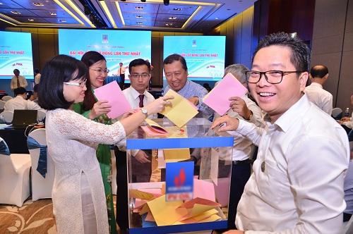Cổ đông bỏ phiếu tại một phiên họp thường niênnăm 2018. Ảnh: PVOIL.