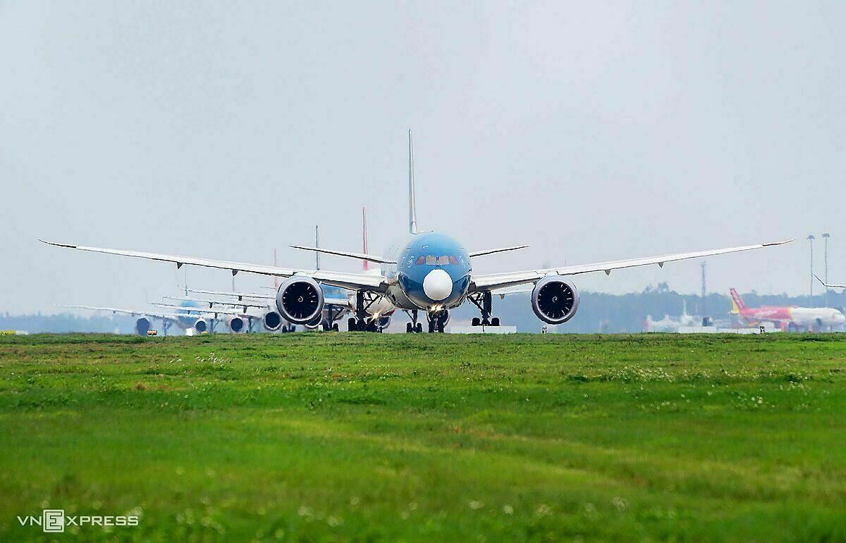 Máy bay của các hãng xếp hàng chờ cất cánh tại sân bay Nội Bài. Ảnh: Giang Huy.