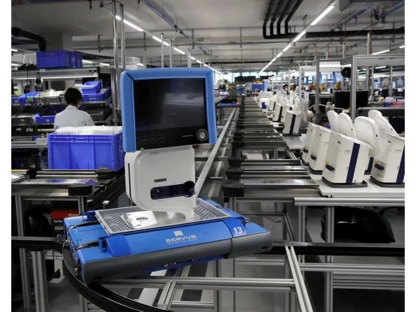 Máy trợ thở được sản xuất trong nhà máy của Hamilton Medical tại Thụy Sỹ hôm 18/3. Ảnh: Reuters