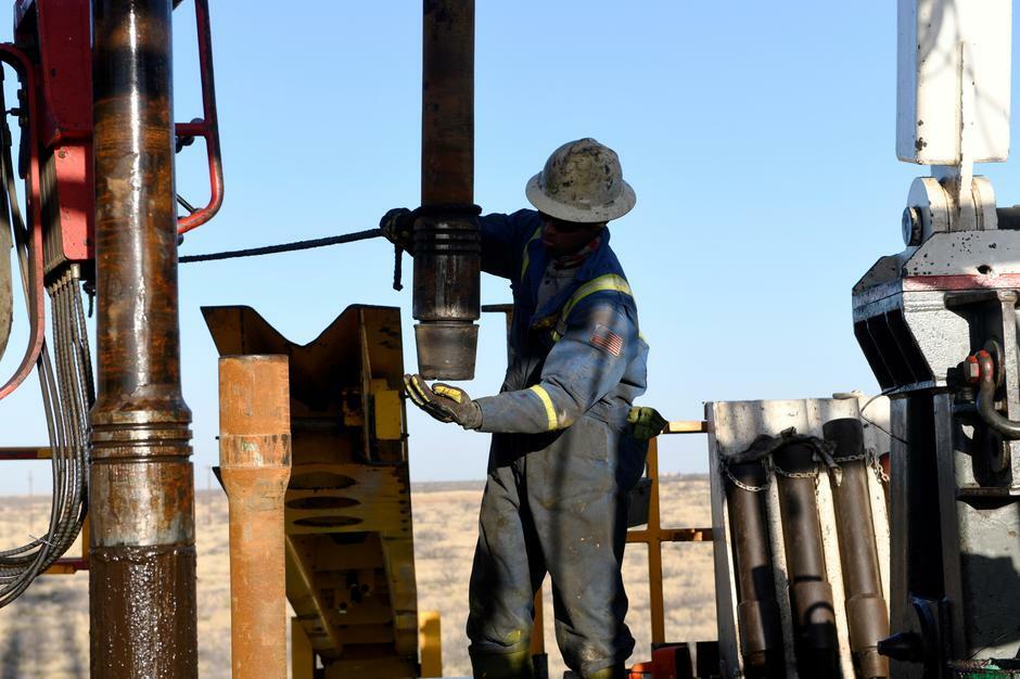 Công nhân tại một cơ sở khai thác dầu ở Texas (Mỹ). Ảnh: Reuters