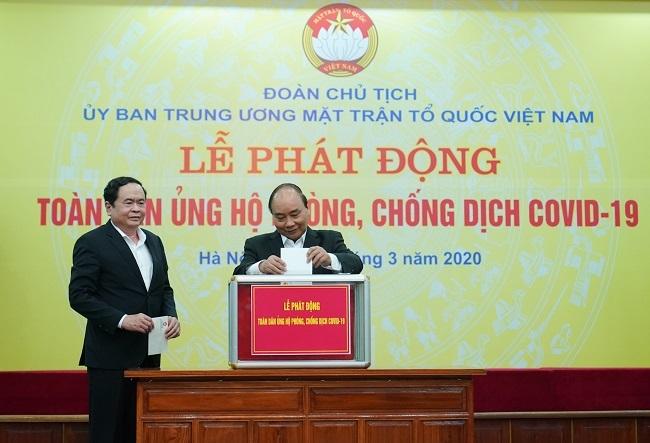 Thủ tướng Nguyễn Xuân Phúc và Chủ tịch Ủy ban Trung ương MTTQ Việt Nam Trần Thanh Mẫn ủng hộ chương trình. Ảnh: VGP News/Quang Hiếu.