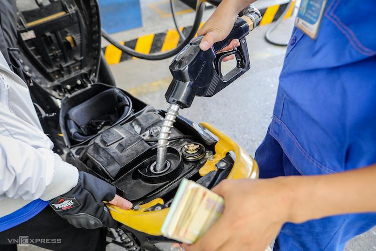 Đổ xăng cho khách hàng tại một trạm bơm xăng tại TP HCM. Ảnh: Thành Nguyễn