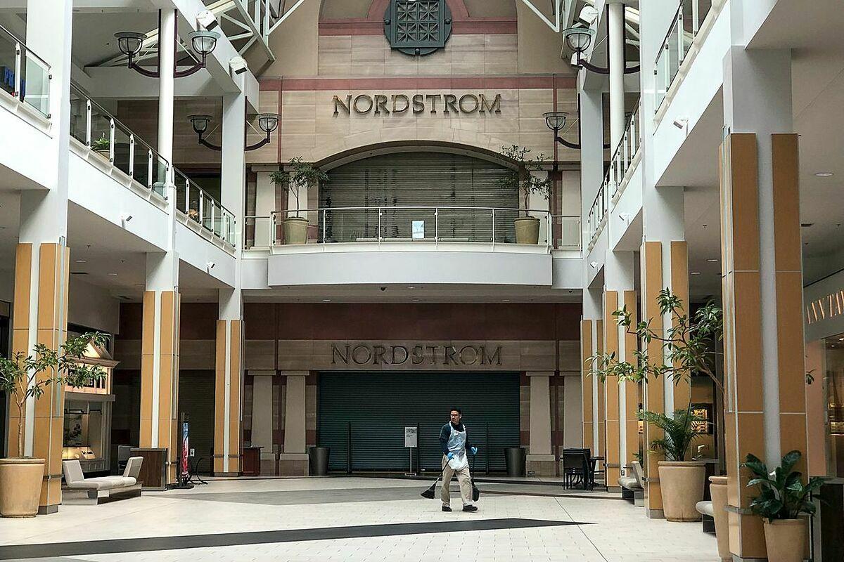 Một cửa hàng của Nordstrom tại Sacramento đóng cửa vì đại dịch. Ảnh: WSJ