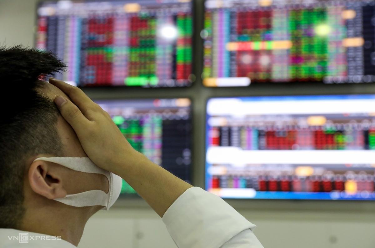 Nhà đầu tư theo dõi bảng giá tại một sàn chứng khoán ở TP HCM. Ảnh: Như Quỳnh.