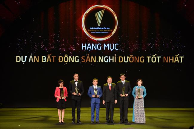 Đại diện Flamingo Group lên nhận giải thưởng bất động sản.
