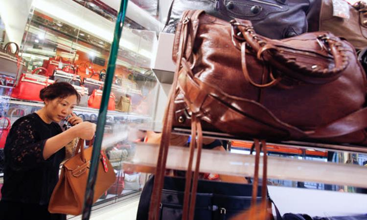 Bên trong một cửa hàng Milan Station, đơn vị chứng kiến lượng túi xa xỉ người Hong Kong bán lại tăng 30% trong 2 tháng đầu năm. Ảnh: Reuters