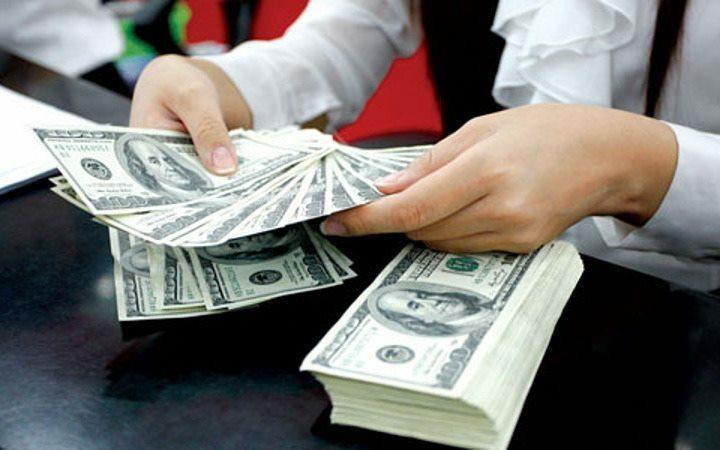Người dân giao dịch USD tại một ngân hàng thương mại. Ảnh: Q. Huy.