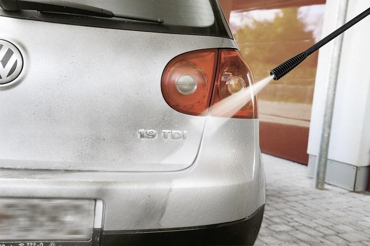 Máy phun rửa dễ dàng đánh bay chất bẩn bám trên ô tô.