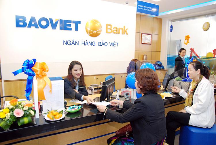 Khách hàng giao dịch tại BaoViet Bank.