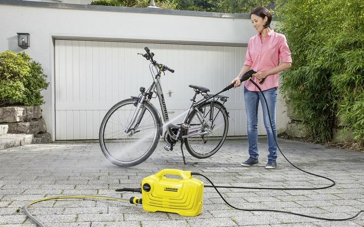 Máy phun rửaKarcher K2 Classic có thiết kế tạo áp lực cao giúp tẩy rửa dễ dàng các vết bân trên xe.